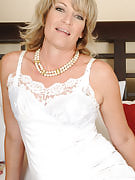 49 yr old Tina from 30 plus Ladies fingering her mature crotch for you