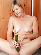 48 12 months old Susie stuffs the 15 inches cucumber into the lady mature pussy