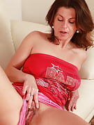 Authentic housewife Patris performances off her wet and also large 36 spring past times pussy